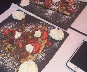 crepes, fraises, and iphone image