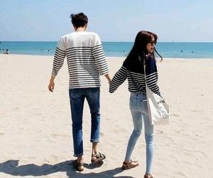 couple, ulzzang, and beach image