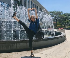 ulzzang, fashion, and fountain image