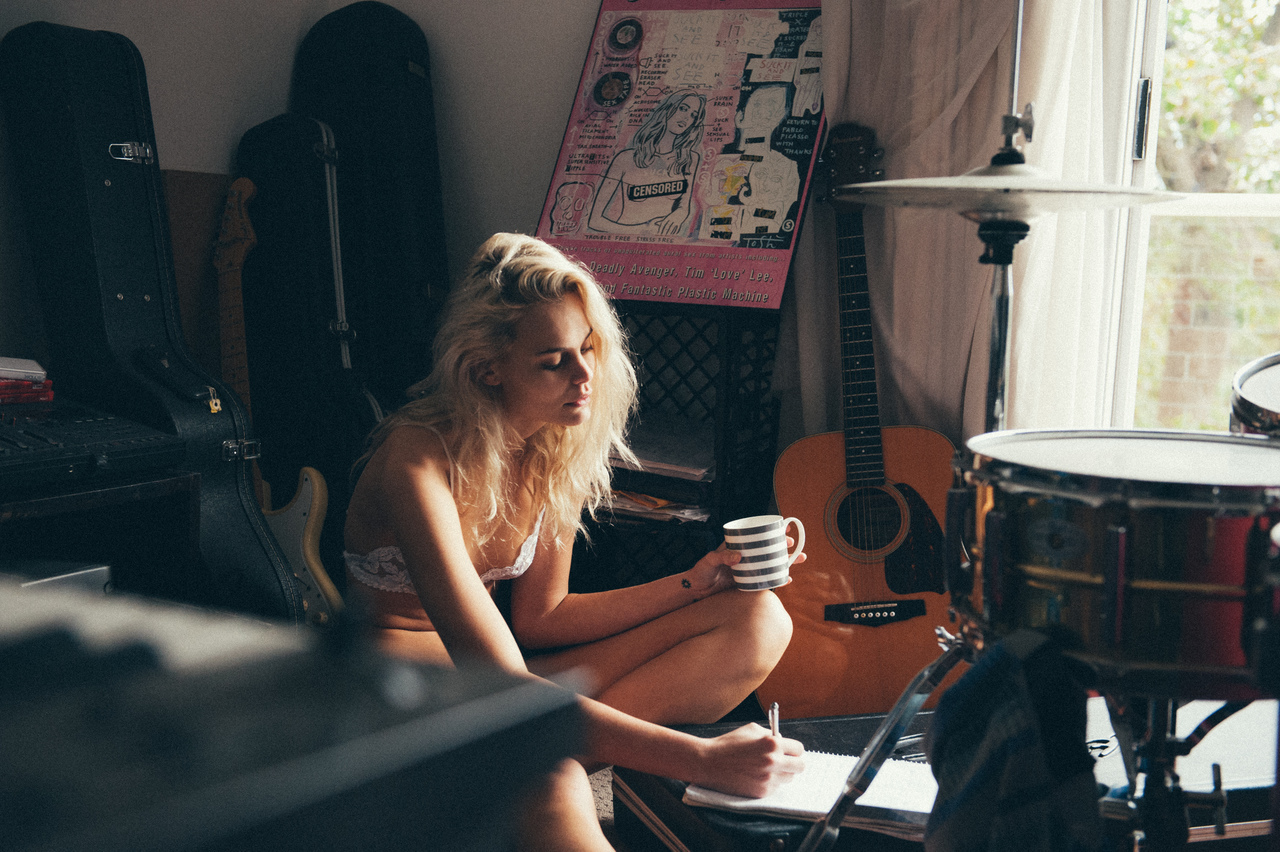 blonde, room, and girl image