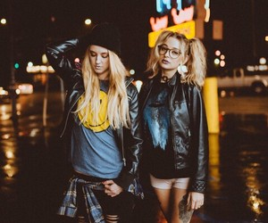 style fashion clothes, marvelous+lights, and friendship goals image