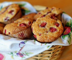muffins and strawberry image