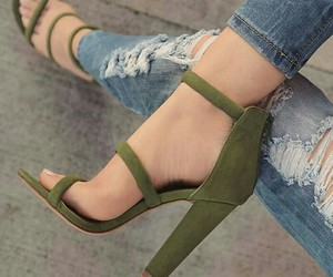 outfit, verde, and zapatillas image