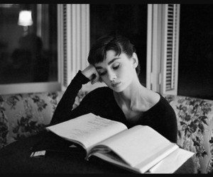 audrey hepburn, reading, and libro image