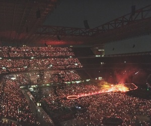 coldplay, crowd, and xylobands image