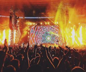 Chris Martin, coldplay, and crowd image
