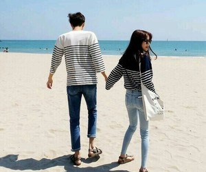 couple, ulzzang, and beach image