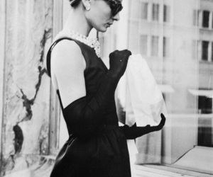 audrey hepburn, Breakfast at Tiffany's, and black and white image