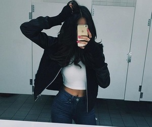 madison beer and iphone image