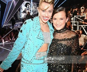miley cyrus, vmas, and millie bobby brown image