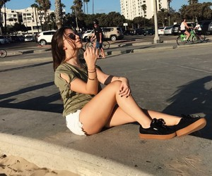 girl, poses para fotos, and californian girls image