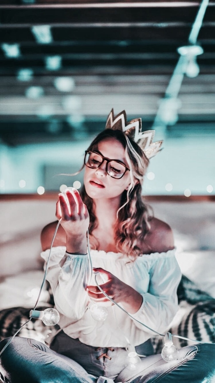 girl, light, and crown image