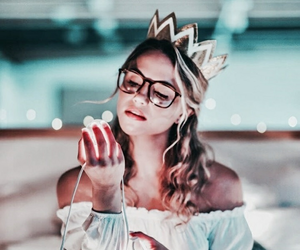 girl, light, and crown image