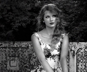 b&w and Taylor Swift image