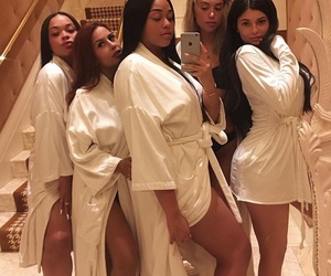 kylie jenner, friends, and jordyn woods image