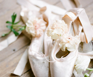 ballet and point shoes image