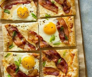 Bacon, Egg & Cheese Puff Pastry Breakfast Pizza • spoonforkbac…