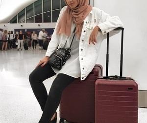 hijabi traveling style image