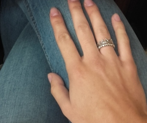 anel, dedos, and jeans image