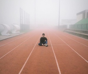boy, brouillard, and athletisme image