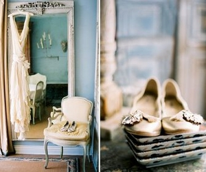 accents:white, accents:beige, and colors:blue image