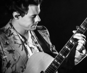 Harry Styles, live on tour, and one direction image