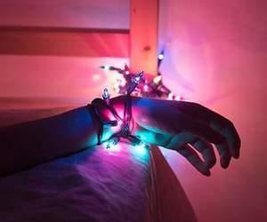 bondage, luzinhas, and maos image