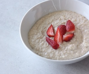 breakfast, oatmeal, and strawberry image