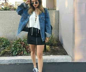 look, jaqueta jeans, and tenis image