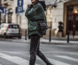 black sweatshirt, cool girl, and invierno image