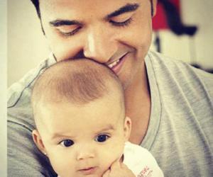 luis fonsi y su hija mika image