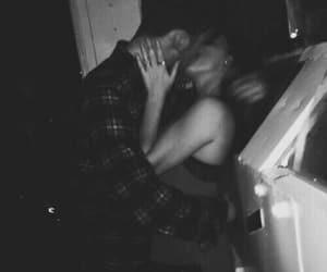 blanco y negro, couple, and kiss image