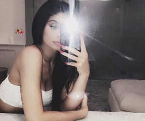 theme and kylie jenner image