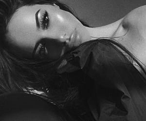 black and white, blanco y negro, and pretty girl image