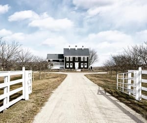 country living and farmhouse image