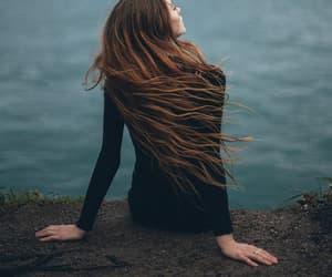 back, cabello largo, and contemplar image
