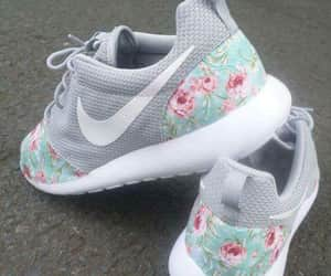 flores, tenis, and moda image