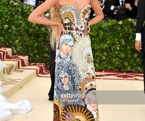 stella maxwell, red carpet, and met gala image