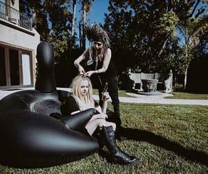 Avril Lavigne, black, and contraste image