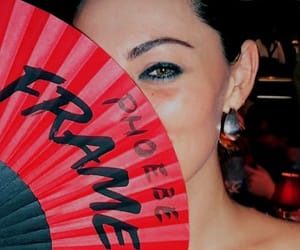 fan, phoebe tonkin, and hand fan image