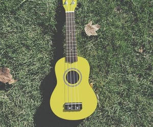 drawing, césped, and guitarra image