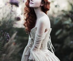vestido, reina, and pelirroja image