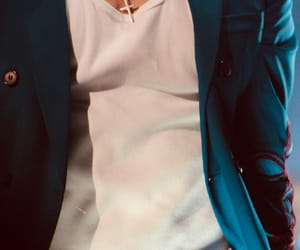 close up and Harry Styles image