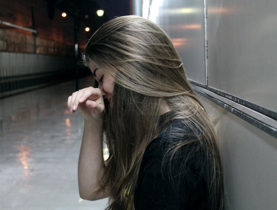 Картинка плачущая девушка на аву