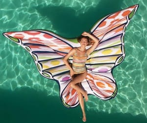 calor, mariposa, and bañador image