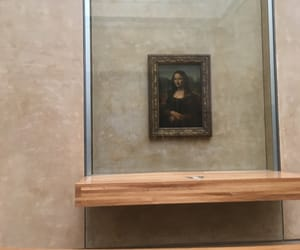 beige, mona lisa smile, and l'ouvreur image