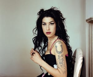 Amy Winehouse and singer image