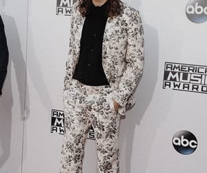 gucci suit, Harry Styles, and harry styles award show image