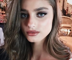 model and taylorhill image