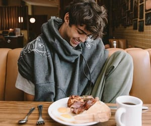 noah centineo, boy, and peter kavinsky image